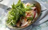 Langoustines en croquant de légumes, radis, navet, roquette déglacés au Xérès, huile d'olives en poêlon chaud