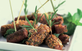 Mini brochettes de saucisses au romarin et sésame