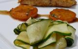 Pavés de saumon au curry, abricots poêlés & tagliatelles de courgettes.
