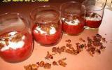 Rouges verrines rhubarbe-fraise, et miettes de fruits secs
