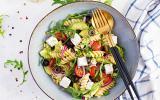 Salade de pâtes à l'avocat, oignons rouges, olives et féta