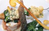 Roulé de saumon mi-cuit fourme d'ambert et épinards brochette maraîchère aux herbes gâteau de merlan aux lentilles en habit vert