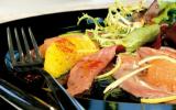 Carpaccio de canard vinaigrette d'agrumes, mesclun de salade au basilic