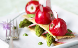 Sandwich de crackers de quinoa aux radis roses et asperges vertes