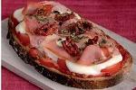 Tartine jambon & St Môret sur son lit de Pesto