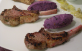 Côtelettes d'agneau premium accompagnées d'une écrasée de vitelotte aux noix, d'endives fondantes et de sauce au Bleu d'Auvergne
