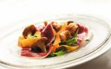 Salade tiède de légumes, girolles et magret fumé