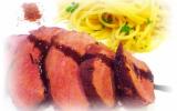 Magret de canard au miel bruni, spaghettis aux herbes et échalotes confites