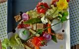 Roquefort Papillon en panna cotta et crumble, salade mi-cuite mi-crue, noix et jambon sec