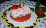 Cylindre de chèvre frais / tomates /courgettes et fraises sur lit de gelée de pesto tomates / fraises