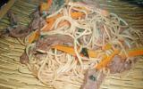 Nouilles sautées au boeuf, carottes et basilic thaï