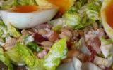 Salade aux oeufs mollets, lardons, sauce à la fourme d'Ambert
