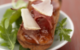 Tartine de fromage Pur Brebis Pyrénées aux copeaux de jambon de Bayonne et confiture au piment d'Espelette