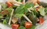 Salade de jeunes pousses, pamplemousse, Etorki et olives noires