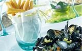 Moules au curry et frites en cornet