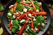 Salade de carottes rôties, pousses d'épinards, feta et noix