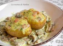 Pommes de terre farcies au lard et Reblochon, champignons à la crème