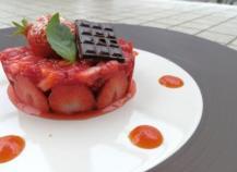 Fraises marinées, sablé basilic, caramel de tomate