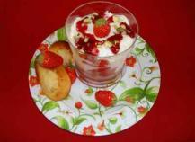 Verres gourmands aux fraises et à la mousse de faisselle, madeleines au citron