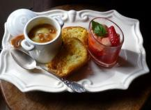 café gourmand : Verrine de garriguettes, ananas, pain perdu, crème caramel beurre salé