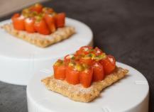 Crackers au Carré Frais et petit épeautre, roulé de saumon au Saint Agur et grenadille