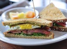 Sandwich chaud bacon oeuf frit