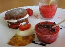 Sablés au chocolat à la fraise façon mille feuille, granité de fraises, tuile fraise orange au grué de cacao et sucette à la fraise