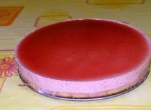 Nuage de fraises sur génoise