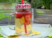 Eau aromatisée au citron jaune, citron vert et fraises (Detox water)