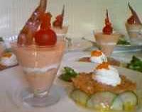 Bavarois de tomate et caillé de chèvre au basilic accompagné d'un tartare de truite et saumon à la mangue