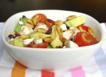 Salade tout en saveurs et jeux de textures : avocats, feta, pignons, tomates et olives noires
