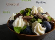 Tartelette en coque de chocolat myrtilles, pistaches, menthe