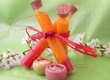 Potion magique ou smoothie mangue, carottes, fraises, jus de betteraves et épices