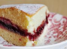 Gâteau léger et moelleux garni de confiture