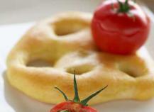 Fougasse et tomate de Marmande farcie à l'Ossau Iraty et pistou de kiwi de l'Adour.