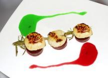 Brochette de Saint-Jacques en romarin sur pilotis de betteraves, vinaigrette au deux jus de couleur