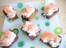 Toasts de pain d'épices sans gluten au saumon