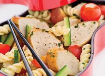 """Salade de pâtes à l""""émincé de poulet mariné au pesto"""