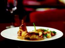 Chapon jaune des Landes fourré de Moutarde à la truffe, rôti en cocotte aux pommes de terre ratte, oignons nouveaux et champignons des bois, sauce crémée à la moutarde à la truffe