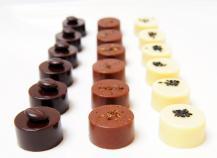 Assortiments de bonbons en chocolat épicés noir, blanc, lait