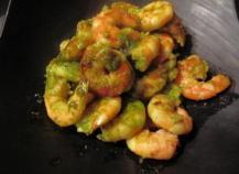 Des  queues de crevettes justes passées à la poêle et parfumées au jus cuisinés de chez Monin