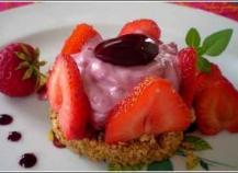 Entremet individuel aux fraises et son croustillant biscuité