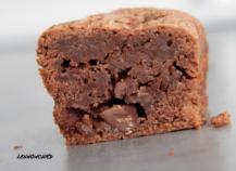 Mini cakes au chocolat noir, fleur de sel et pépites de chocolat au lait