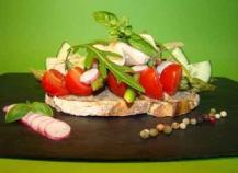 Tartine d'anchoïade, petits légumes et poulet mariné citron basilic