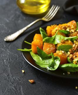 Salade de courge butternut rôtie et pousses d'épinard