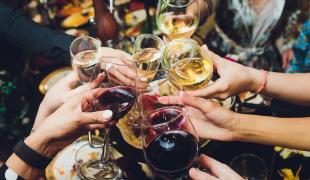 Kir, coupe de champagne ou cocktail : quel est l'alcool le moins calorique ?