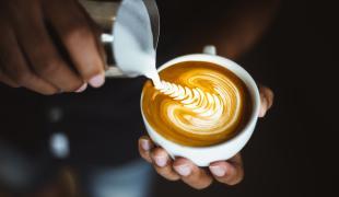 Les trucs et astuces pour dessiner sur votre mousse de cappuccino