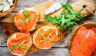 Quelles alternatives au saumon fumé pour les fêtes ?