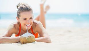 5 bonnes raisons de se mettre à l'eau de coco cet été