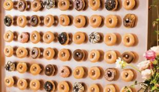 Mariage tendance avec ce mur de donuts